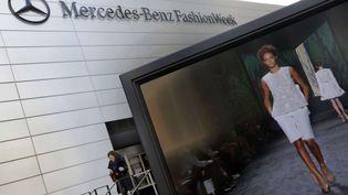 Au Lincool Center de New York, un écran retransmet les défilés de la fashion week new-yorkaise, le 6 février 2013  (Richard  Drew/AP/SIPA)