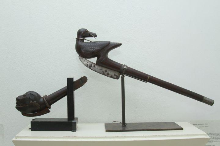 Dessceptres royaux de l'époque dahoméenne exposés au Petit Musée de la récade de Cotonou. (GALERIE VALLOIS)