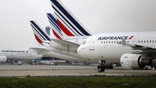 Des avions Air France garés sur le tarmac de l'aéroport Charles-de-Gaulle, le 22 septembre 2014, à Roissy(Val-d'Oise). ( JACKY NAEGELEN / REUTERS)