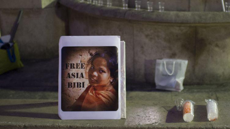 Un portrait de la chrétienne Asia Bibi, lors d'une manifestation contre sa condamnation à mort, le 29 octobre 2014 à Paris. (MARTIN BUREAU / AFP)