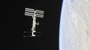 Photo de la NASA obtenue le 4 novembre 2018 montrant la Station spatiale internationale photographiée par les membres de l'équipage de l'Expédition 56 depuis un vaisseau spatial Soyouz après le désamarrage. (HO / NASA)