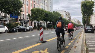 Des cyclistes circulant sur une piste cyclable mise en place pour éviter d'engorger les transports en commun pendant l'épidémie de Covid-19, à Paris, en juin 2020. (AURÉLIEN ACCART / FRANCE-INFO)