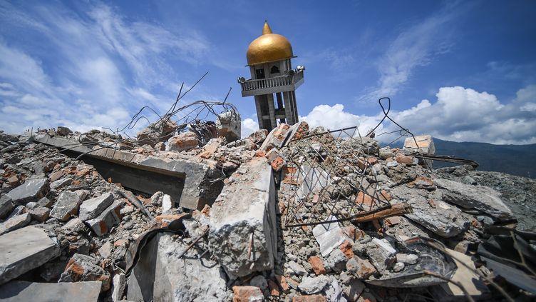 Une mosquée en ruine après le séisme en Indonésie, le 6 octobre 2018 àBalaroa sur l'île de Palu. (MOHD RASFAN / AFP)