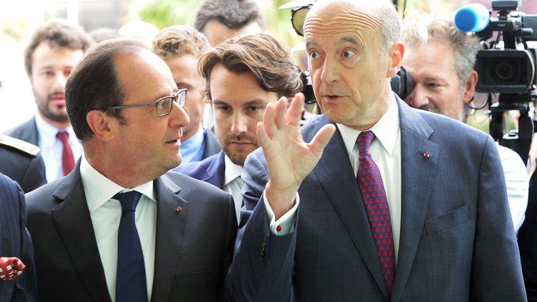 François Hollande et Alain Juppé, lors dusalon international du vin et des spiritueuxVinexpo, le 14 juin 2015, à Bordeaux (Gironde). (MEHDI FEDOUACH / AFP)