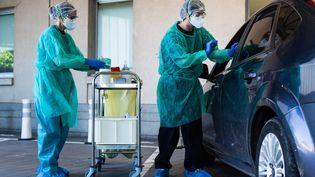 """Le centre hospitalier de Purpan, à Toulouse, propose un accueil """"drive"""" pour réaliser les prélèvements naso-pharyngés des tests virologiques de dépistage du Covid-19. (MATTHIEU RONDEL / HANS LUCAS)"""