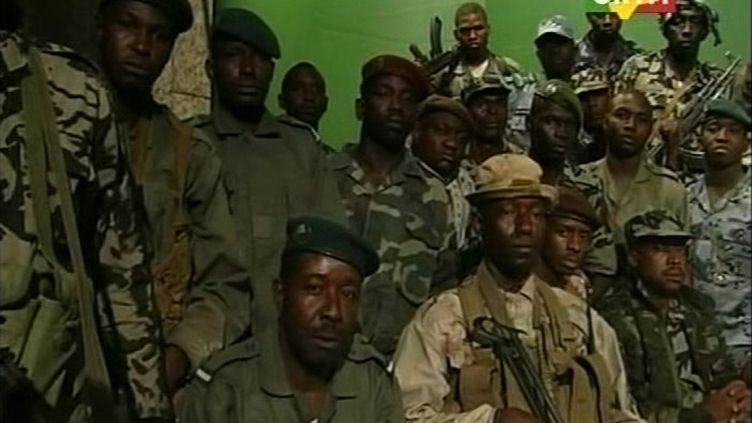 Des militaires putschistes dans les locaux de la télévision malienne ORTM le jeudi 22 mars 2012. (CAPTURE D'ÉCRAN ORTM / REUTERS)