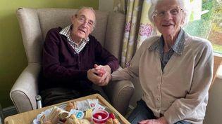 Royaume-Uni : les retrouvailles d'un couple de retraités séparés par le Covid-19 ont ému les internautes (France 2)