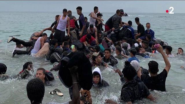 Photo Hebdo : réouverture des terrasses, migrants à Ceuta et une célèbre course de taureaux en Indonésie
