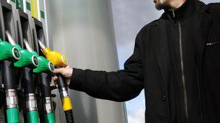 Entre juillet2014 et août 2015, le prix du baril de pétrole a chuté de 58%. Mais à la pompe, la baissedes prix est bien moins forte. (MAXPPP)