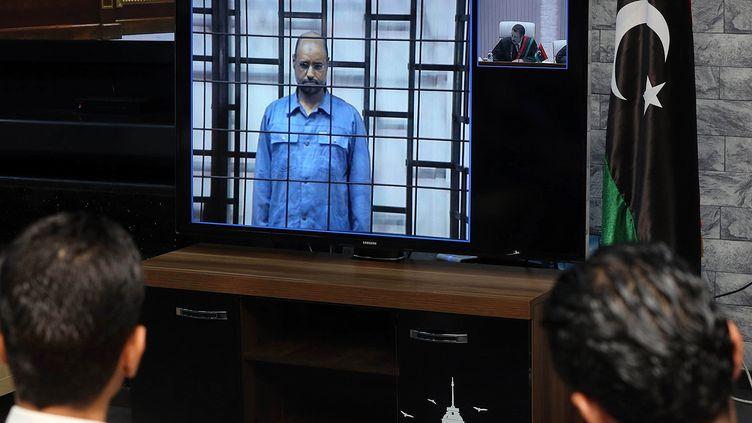 Comparution en vidéoconférence de Saïf Al-Islam Kadhafi, fils de Mouammar Kadhafi, devant la cour pénale de Tripoli dans le cadre d'un procès expéditif en mai 2014. (HAZEM TURKIA / ANADOLU AGENCY)