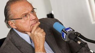 Gerard Louvin lors de l'enregistrement d'une émission de radio, le 15 février 2012. (LECOEUVRE PHOTOTHEQUE / COLLECTION CHRISTOPHEL / AFP)