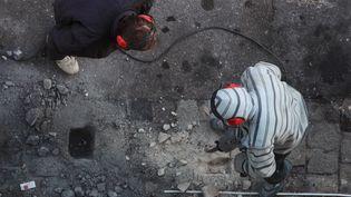 Des ouvriers travaillent au marteau piqueur sur une chaussée à Marseille. (PATRICE MAGNIEN / MAXPPP)