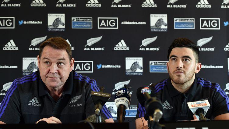 Steve Hansen, le sélectionneur néo-zélandais et l'ailier Nehe Milner-Skudder (SAEED KHAN / AFP)