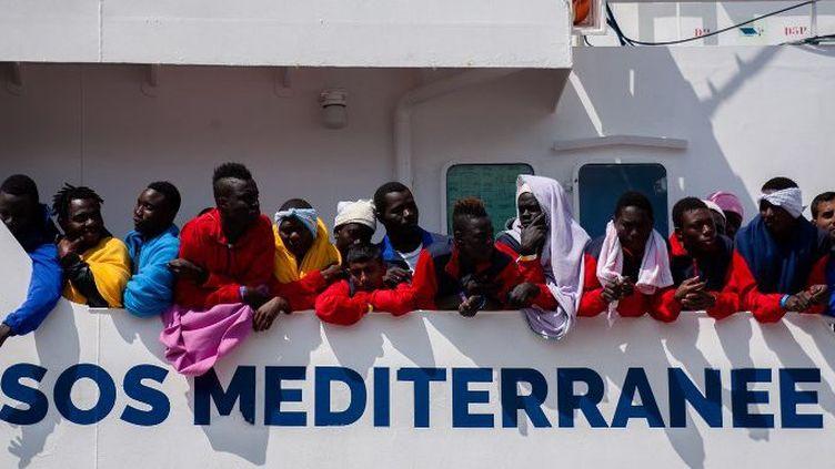 Arrivée du bateau de secours Aquarius-SOS Méditerranée au port de Salerne en Italie, le 26 mai 2017, avec à son bord 1004 migrants subsahariens et de Libye, Mali, Pakistan, Nigeria et Maroc. Parmi eux 214 mineurs et 118 femmes dont 21 avec des enfants. (Paolo Manzo/NurPhoto/AFP)