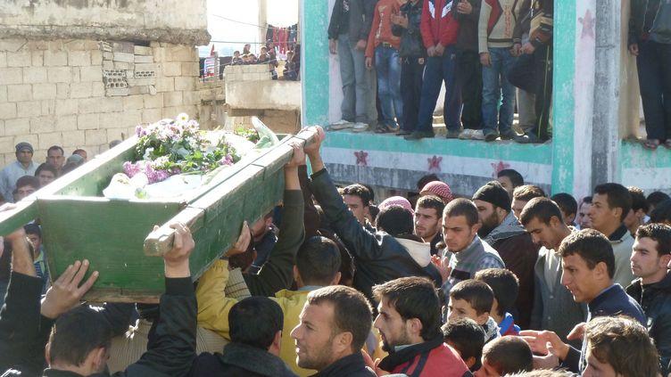 Des manifestants anti-gouvernementaux lors des funérailles d'un des leurs, à Homs (Syrie), le 10 décembre 2011. (REUTERS)