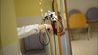 """Les patients en chimiothérapie sont """"à hauts risques"""" et """"sont d'autant plus légitimes pour bénéficier"""" du vaccin Covid, estime le professeur Blay (photo d'illustration). (LUC NOBOUT / MAXPPP)"""