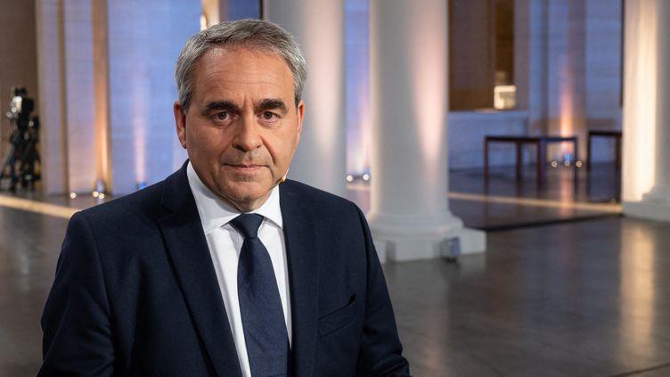 Xavier Bertrand pose avant un débat sur France 3 dans le cadre de la campagne pour les élections régionales dans les Hauts-de-France, à Lille (Nord), le 2 juin 2021. (CELIA CONSOLINI / HANS LUCAS / AFP)