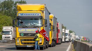 Des routiers organisent une opération escargot le 17 mai 2016 à Saint-Omer (Pas-de-Calais) en protestation contre la loi Travail. (PHILIPPE HUGUEN / AFP)