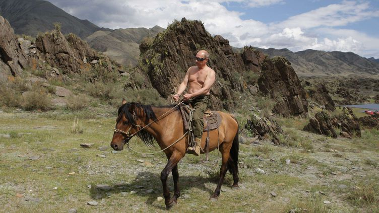 Vladimir Poutine sur un cheval, le 3 août 2009, dans les montagnes sibériennes. (ALEXEI DRUZHININ / SIPA)