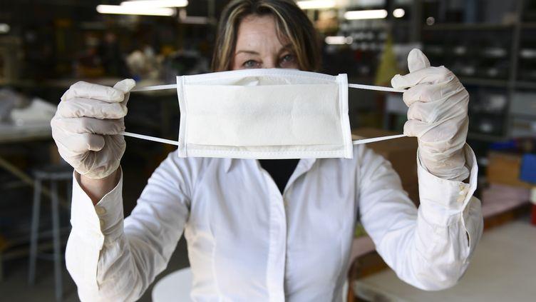 Une employée d'un fabricant de masques, le 19 mars 2020,à Vigevano, en Lombardie. (MIGUEL MEDINA / AFP)