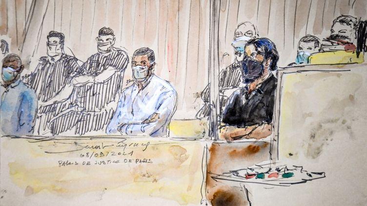 Dessin des accusés du procès des attentats du 13 novembre 2015 Mohamed Albrini (au centre) et Salah Abdeslam (à droite). (BENOIT PEYRUCQ / AFP)