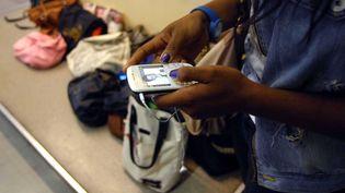 Une élève utilisant un téléphone portable dans un établissement scolaire, lors d'une épreuve du baccalauréat. (DURAND FLORENCE / SIPA)