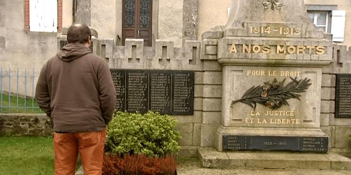 Jérôme Laguzet devant le monument aux morts de Bessines sur Gartempe  (France3/Culturebox)