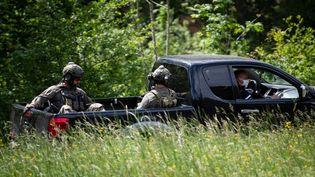 Des tireurs d'élite du GIGN près du village de Plantiers (Gard), dans les Cévennes, le 12 mai 2021. (CLEMENT MAHOUDEAU / AFP)