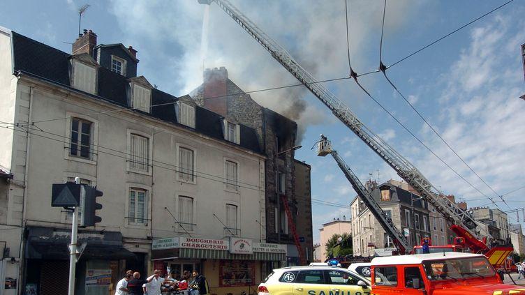 Trois personnes sont mortes vendredi 27 juillet 2012 dans un incendie aux causes encore indéterminées qui s'est déclaré dans le centre de Limoges (ANTOINE PARAT / AFP)