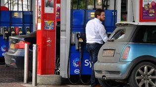 Faute d'alternative, c'est la motorisation essence traditionnelle qui reprend des couleurs avec 53% des ventes de véhicules neufs au premier trimestre. (BEN STANSALL / AFP)