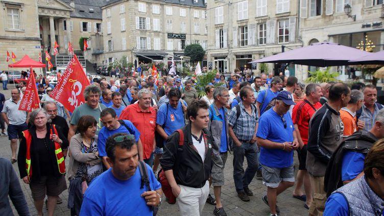 Rassemblement de salariés du site aux abords du tribunal de commerce de Poitiers vendredi 23 juin. (PASCAL LACHENAUD / AFP)