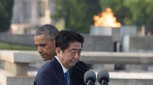 Shinzo Abe et Barack Obama lors d'une visite au Parc du mémorial de la paix de Hiroshima (Japon), le 27 mai 2016. (JIM WATSON / AFP)