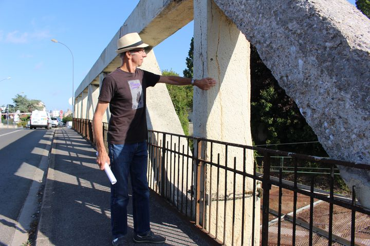 Ted Lewandowski, responsable du blog de Crépy environnement, sur le pont de Crépy-en-Valois (Oise), le 29 juillet 2019. (ROBIN PRUDENT / FRANCEINFO)
