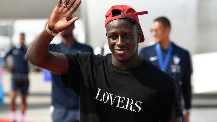 Le défenseur des Bleus Benjamin Mendy à l'aéroport de Roissy-Charles-de-Gaulle (Val-d'Oise), le 16 juillet 2018. (LIONEL BONAVENTURE / AFP)