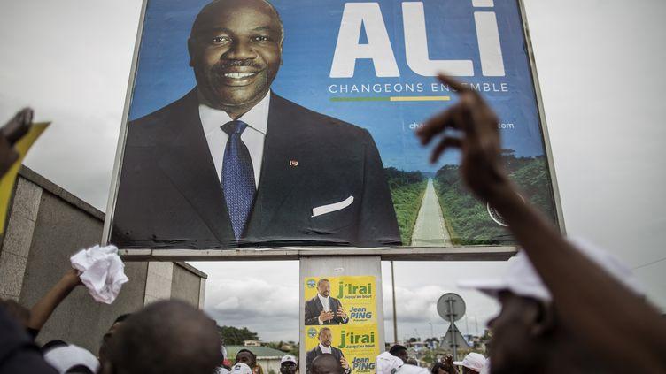 Une affiche d'Ali BongoOndimba à Libreville (Gabon), le 26 août 2016. (MARCO LONGARI / AFP)
