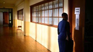 Un lycéen dans un couloir lors de l'épreuve de philosophie du bac, le 17 juin 2021, à Paris. (MARTIN BUREAU / AFP)
