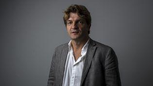 """Le directeur de la rédaction de """"Libération"""", Fabrice Rousselot, pose au siège du journal, à Paris, le 4 septembre 2013. (FRED DUFOUR / AFP)"""