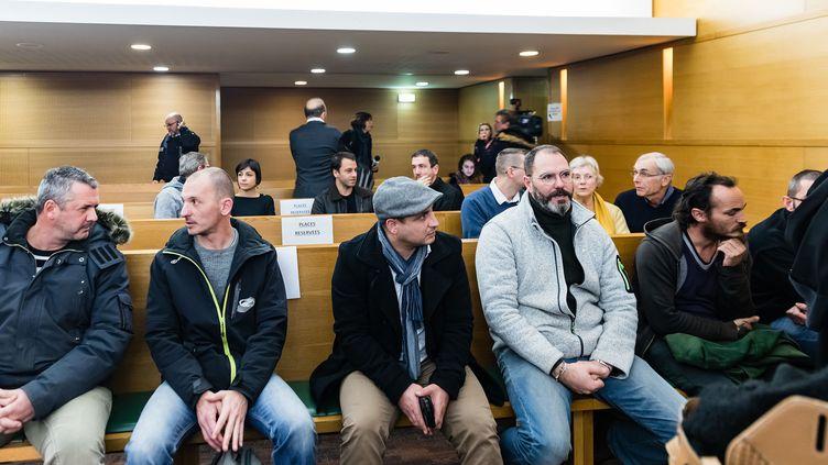 Pierre-Emmanuel Germain-Thill (2e en partant de la gauche) et François Devaux (2e à droite) sur les bancs des parties civiles à l'ouverture du procès du père Preynat, à Lyon, le 13 janvier 2020. (KONRAD K. / SIPA)