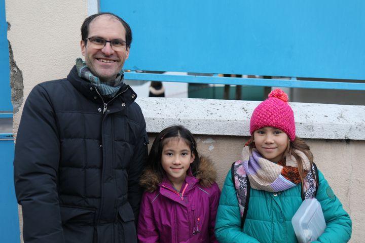 Christian Deschamps, parent d'élève délégué FCPE et ses filles Dung Anh et Minh Chau, scolarisées à l'école Ferdinand-Buisson, à Savigny-sur-Orge (Essonne). (CHARLOTTE CAUSIT / FRANCEINFO)
