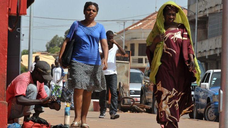 Des habitants de Bissau, la capitale, dans les rues de la ville, le 17 avril 2012. (SEYLLOU / AFP)