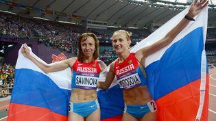 Les athlètes russes Mariya Savinova (G), championne olympique du 800 m,etEkaterina Poistogova (D), aux JO de Londres, le 11 août 2012. L'Agence mondiale antidopage demande leur suspension à vie. (FRANCK FIFE / AFP)