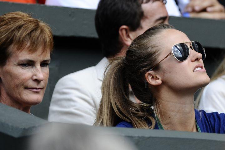 Judy Murray et la petite amie de son fils, Kim Sears, le 3 juillet 2009 à Wimbledon (Royaume-Uni). (ADRIAN DENNIS / AFP)