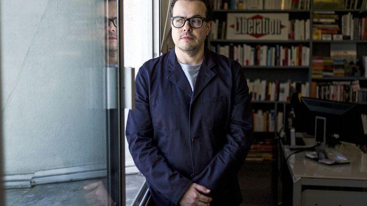 """Nicolas Demorand, alors directeur de la publication de """"Libération"""", dans son bureau au siège du quotidien à Paris, le 17 juin 2013. (FRED DUFOUR / AFP)"""