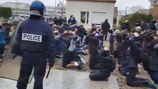 Après de nouvelles émeutes près du lycée Saint-Exupéry à Mantes-la-Jolie, où deux voitures ont été incendiées, 151 personnes ont été interpellées par la police, le 6 décembre 2018. (capture d'écran) (TWITTER)
