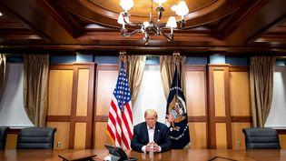 Photo de Donald Trump diffusée le 4 octobre 2020 par la Présidence américaine le montrant au travail, dans un bureau de l'hôpital où il est admis. (AFP/ TIA DUFOUR / THE WHITE HOUSE)