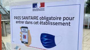 Un restaurateur à Guéret (Creuse) a collé cette affiche devant son établissement pour indiquer que le pass sanitairesera demandé aux clients. (FRANÇOIS VENTÉJOU / FRANCE-BLEU CREUSE)