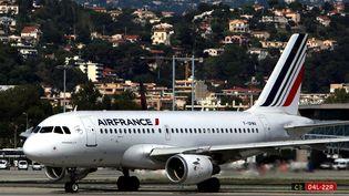 Un avion Air France à l'aéroport de Nice (Alpes-Maritimes), le 4 octobre 2015. (MAXPPP)