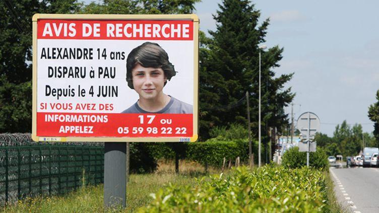 Avis de recherche placardé à l'entrée de Pau (Pyrénées-Atlantiques) pour retrouver le jeune Alexandre Junca, le 19 juin 2011. (GUILLAUME BONNAUD / SUD OUEST / MAXPPP)