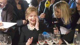 Lydie Salvayre,la lauréate surprise du Goncourt 2014 dans le restaurant Drouant, à Paris,où l'attendent les membres de l'Académie. (JACQUES BRINON / AP / SIPA )