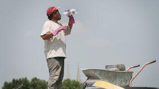 Un ouvrier sur un chantier de Bordeaux, en pleine canicule. (MAXPPP)